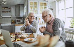 Een oud stel neemt blij hun pensioen door